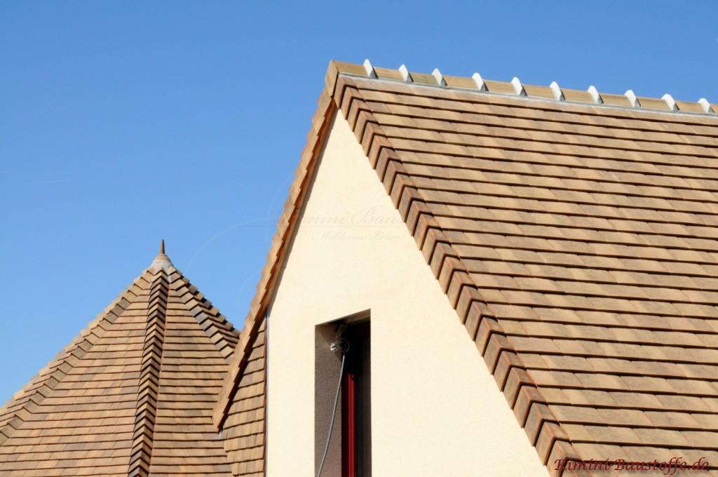 beiges Satteldach zur hellen Putzfassade. Schöner mediterraner Stil