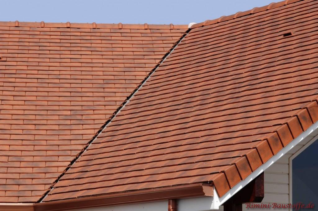Satteldach mit einer Kehle und einem Flächenlüfter