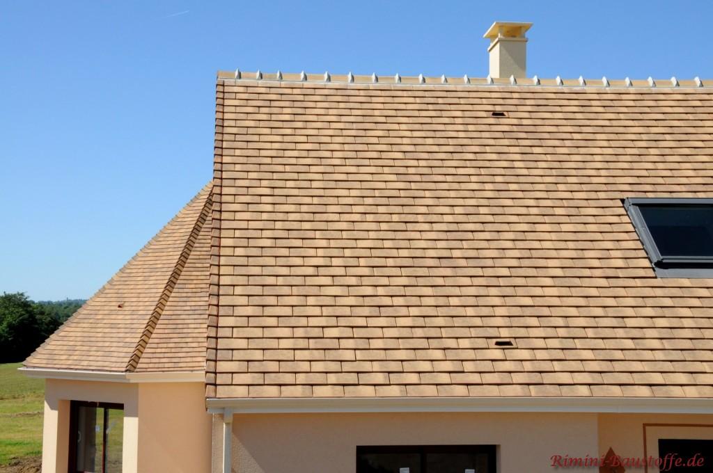helles Satteldach mit angrenzendem Erker und Dachfenster