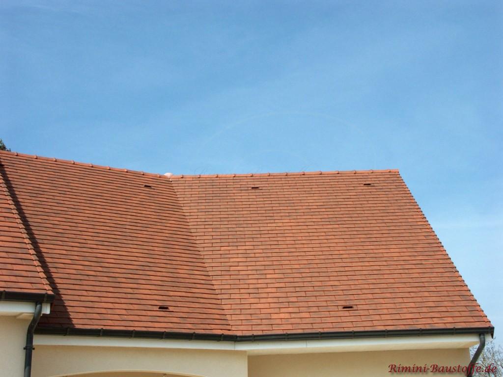 bordeauxfarbenes Satteldach mit Kehle und Flächenlüfter