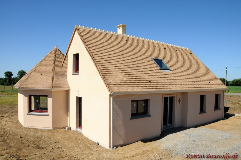 Einfamilienhaus mit südländischem Flair durch die Wahl der Fassadenfarbe und der Dachfarbe