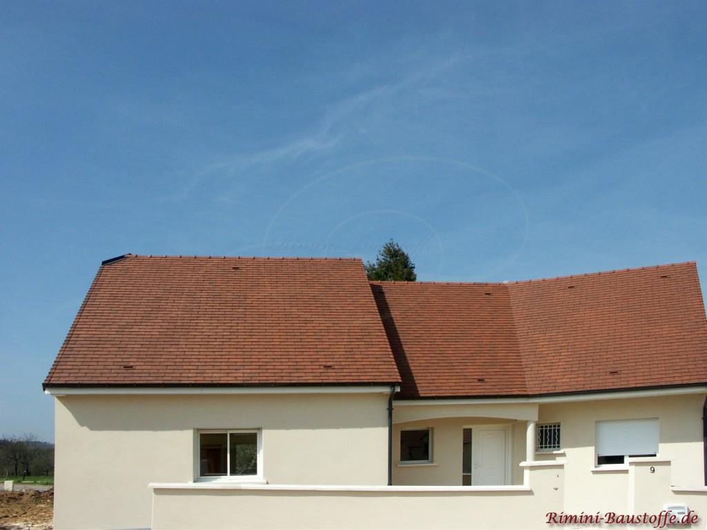 kleines Einfamilienhaus im südländischen Stil mit heller Putzfassade