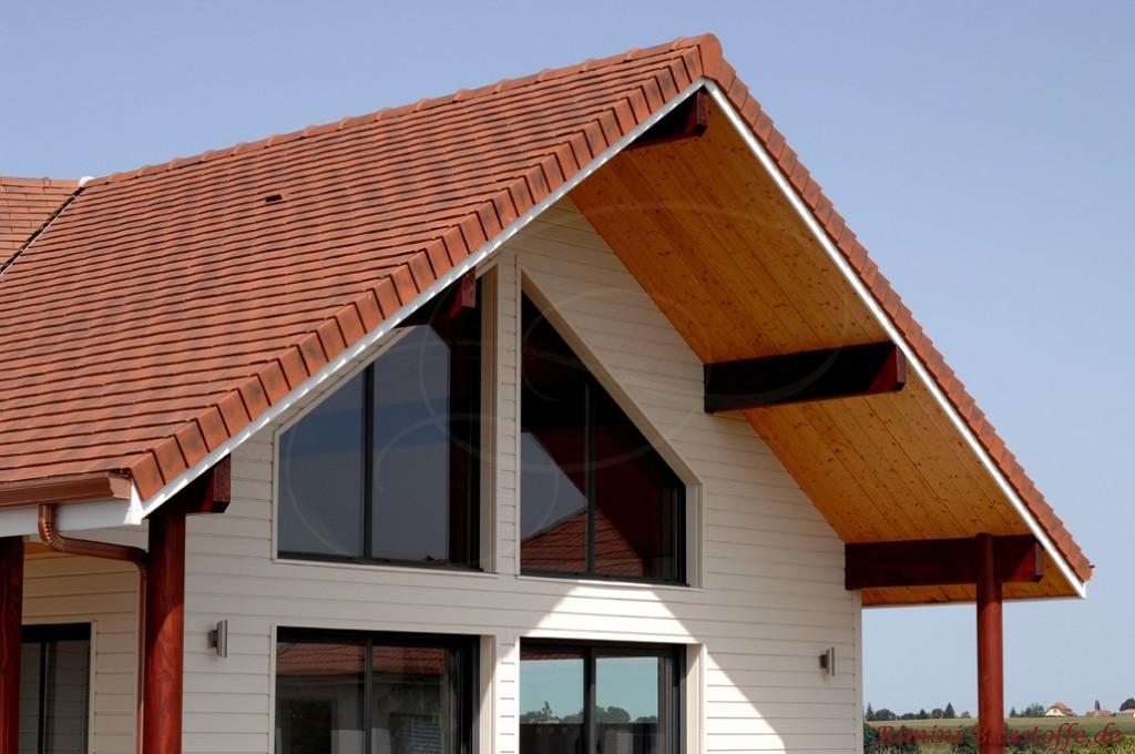 großes Satteldach mit großem Dachüberstand und großer Fensterfront