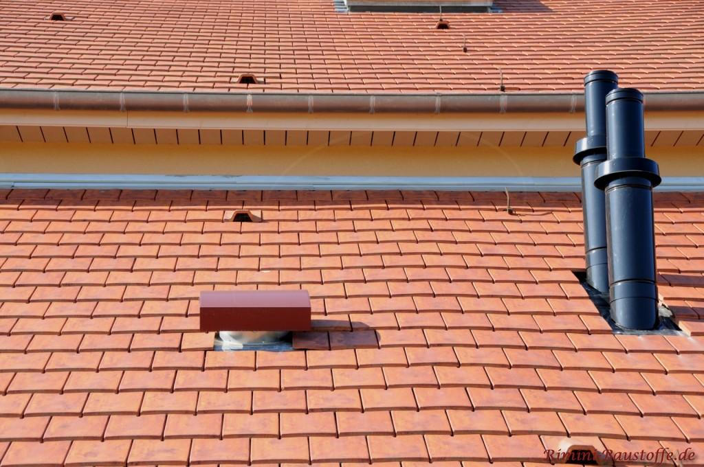 Nahaufnahme eines Pultdaches mit verschiedenen Lüftungssystemen