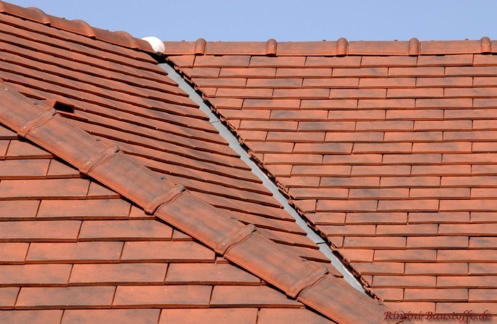 schönes dunkelrotes Satteldach mit einem mediterranen Glattziegel gedeckt