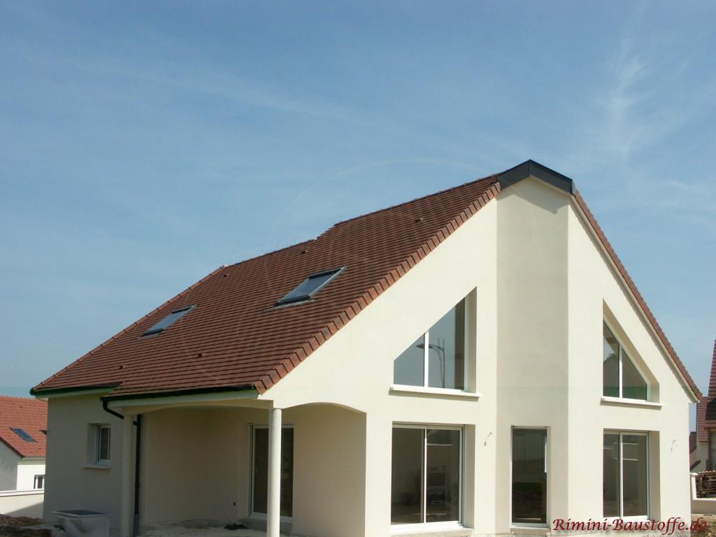 Putzfassade mit großer Fensterfront und angrenzendem Durchgang zur Terrasse