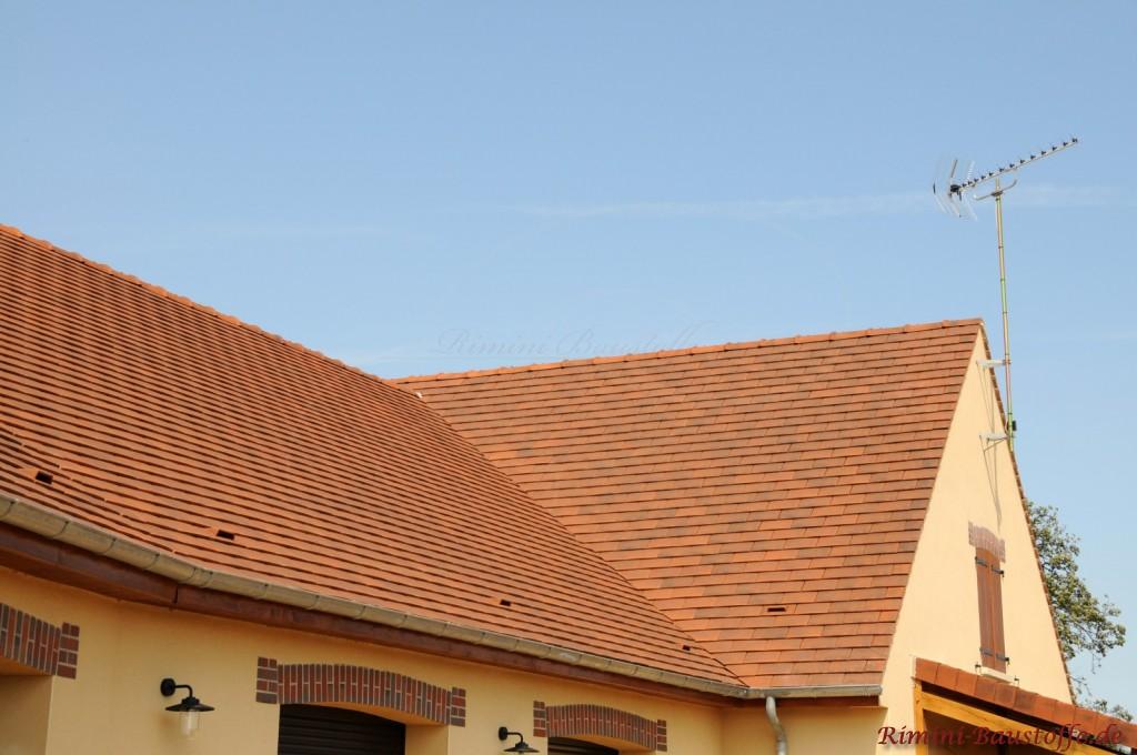 Faschen aus Klinker über den Fenstern passend zur Dachfarbe