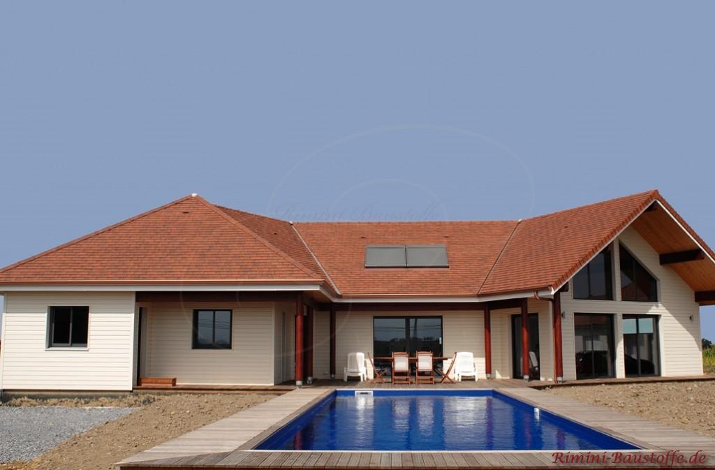 mediterranes Wohnhaus mit Innenhof und Pool