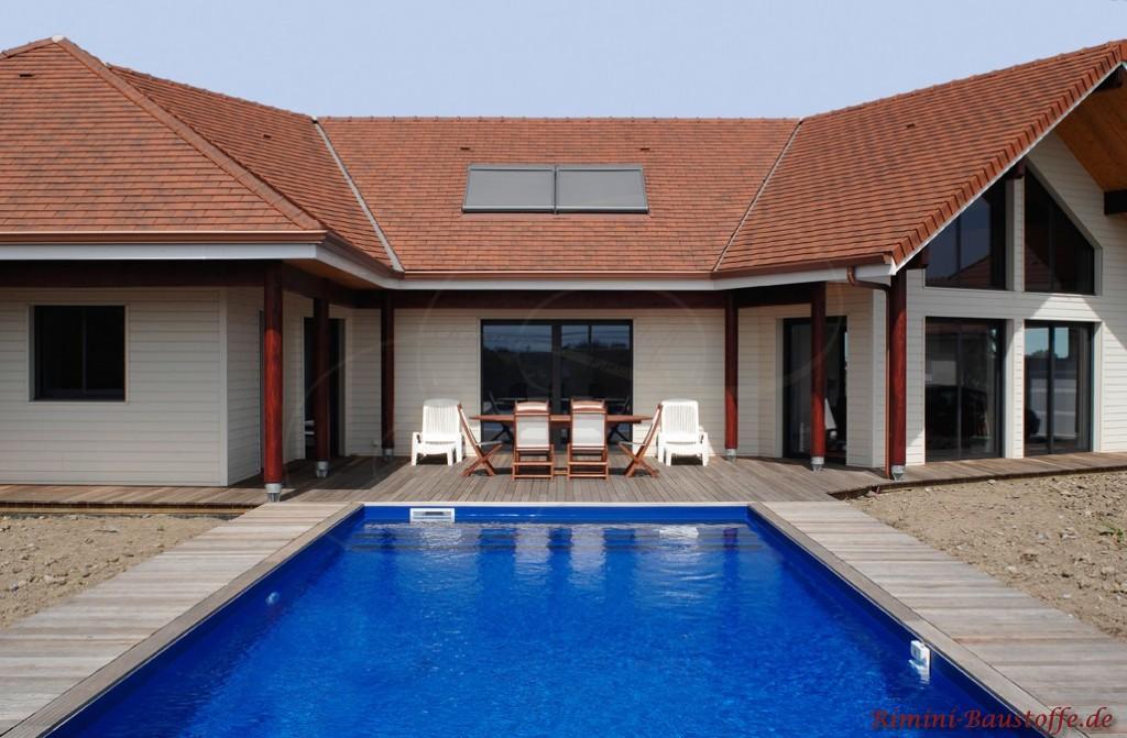 Terrasse im Innenhof mit angrenzendem Pool