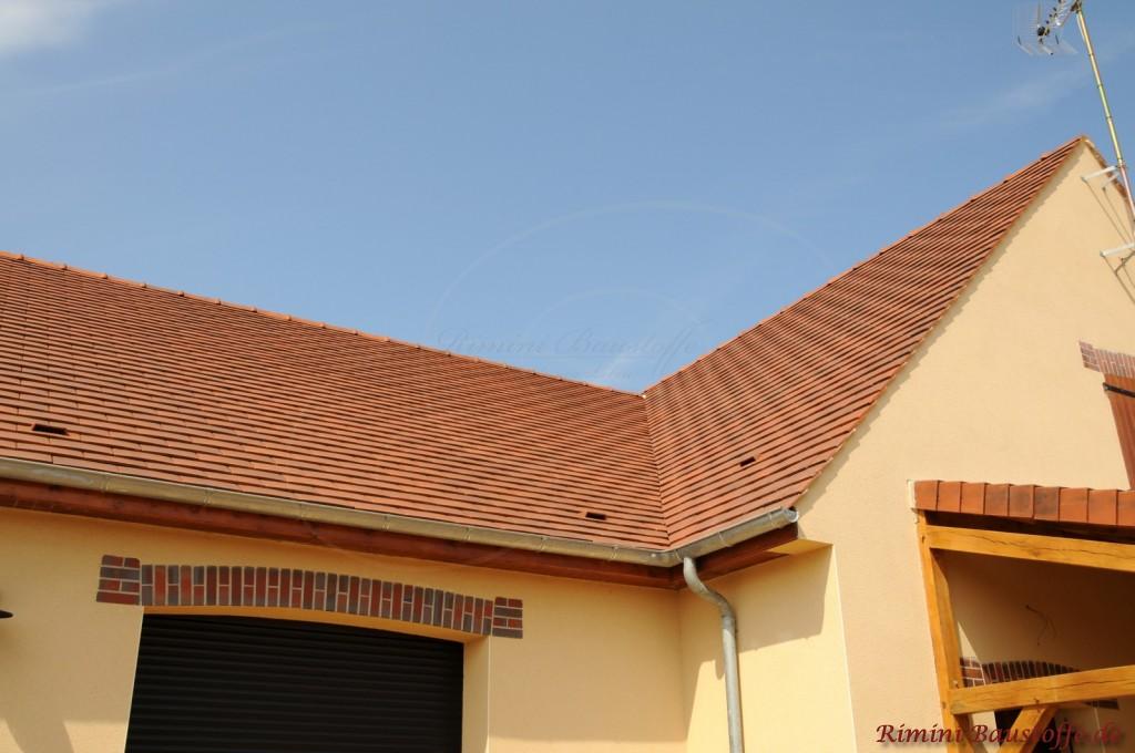 spitzes rotes Satteldach mit einer Kehle und Flächenlüftern