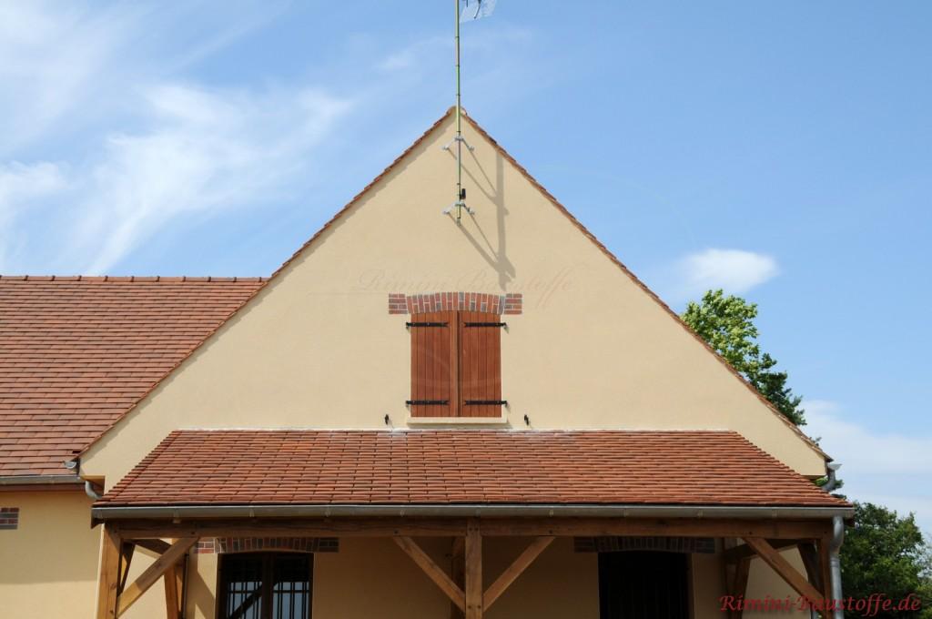angrenzendes Pultdach eines Dachüberstandes an die Fassade