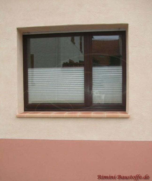 Braune Fensterrahmen und passende Fensterbaenke