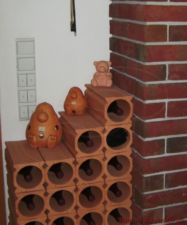 Weinlagersteine in einer Niesche gestapelt nett dekoriert