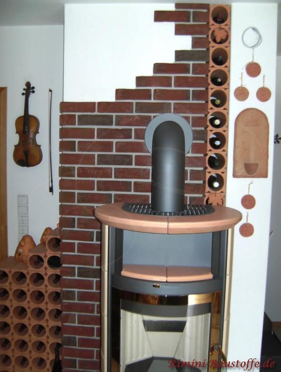 Weinlagersteine als Dekoration neben dem Ofen