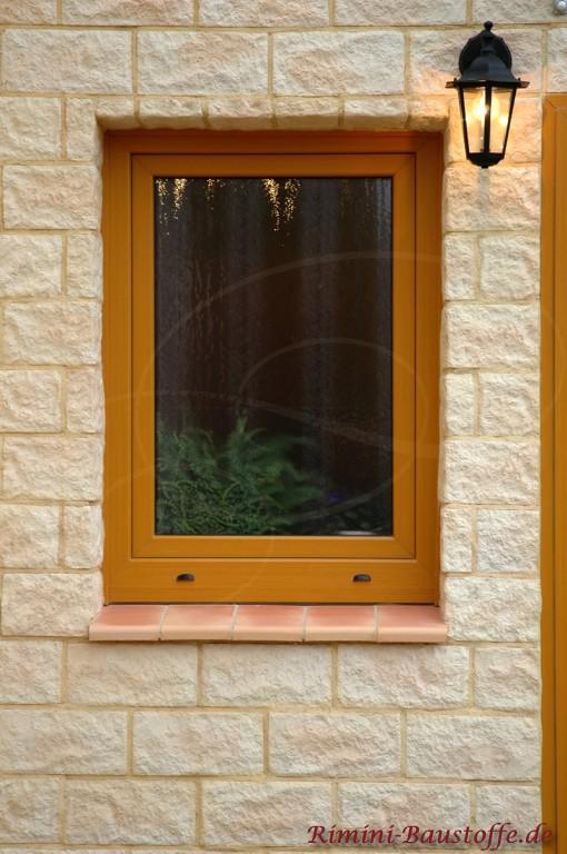 Aussenfassade in Natursteinoptik mit passenden Fensterbaenken