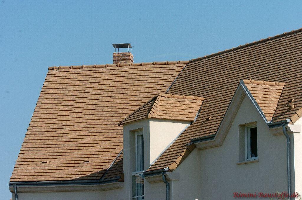 helle Schindeln in Sandfarben auf einem Satteldach schön zur weissen Putzfassade