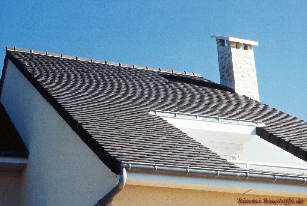 kleines antrazithfarbenes Satteldach mit eingelassenem Balkon