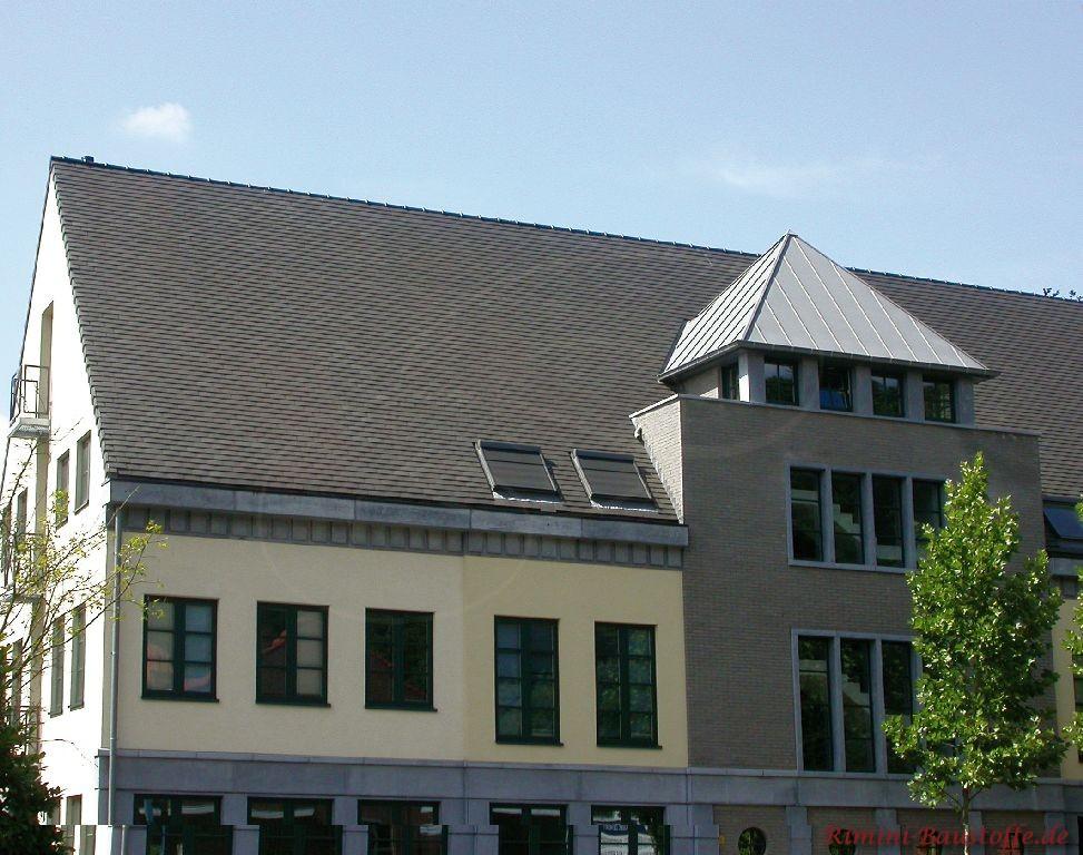 großes Verwalungsgebäude mit modernen antrazithfarbenen Schindeln gedeckt