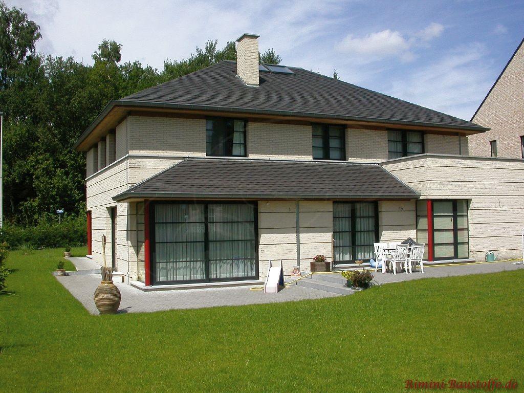 großes Einfamilienhaus mit weissem Klinker und antrazithfarbenen Schindeln