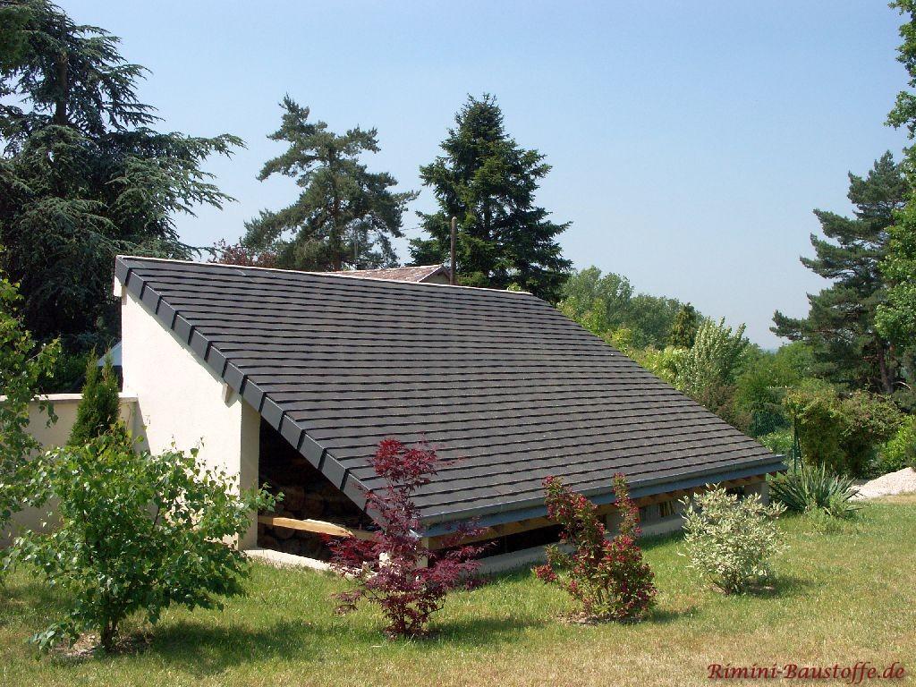 kleines Pultdach als Holzunterstand gedeckt mit antrazithfarbenen Schindeln