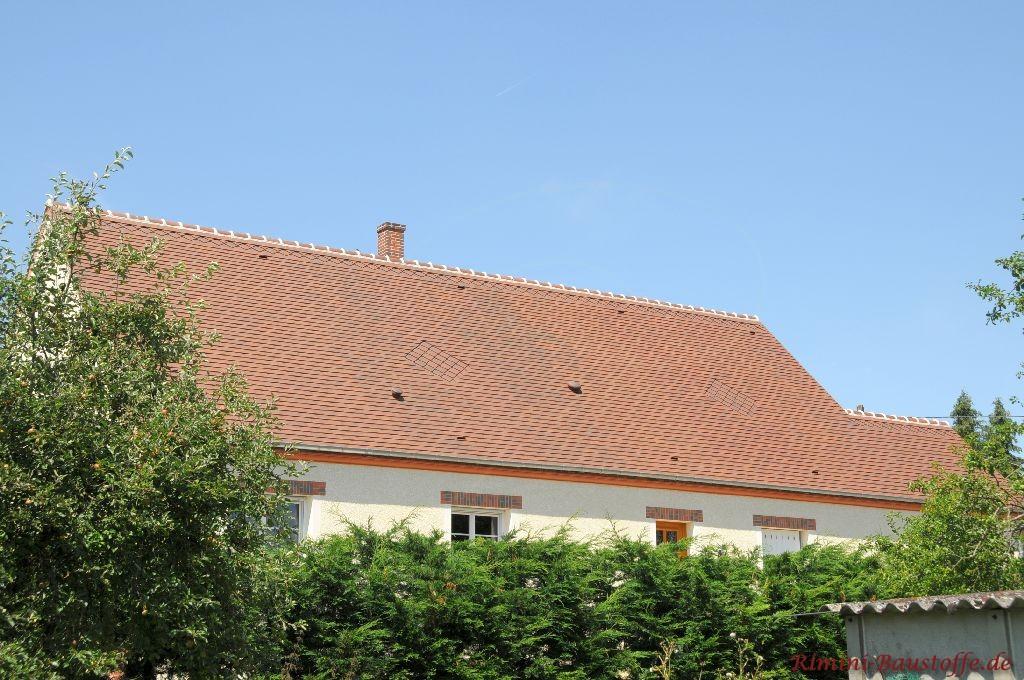 schönes großes rot geflammtes Satteldach mit Schindeln eingedeckt