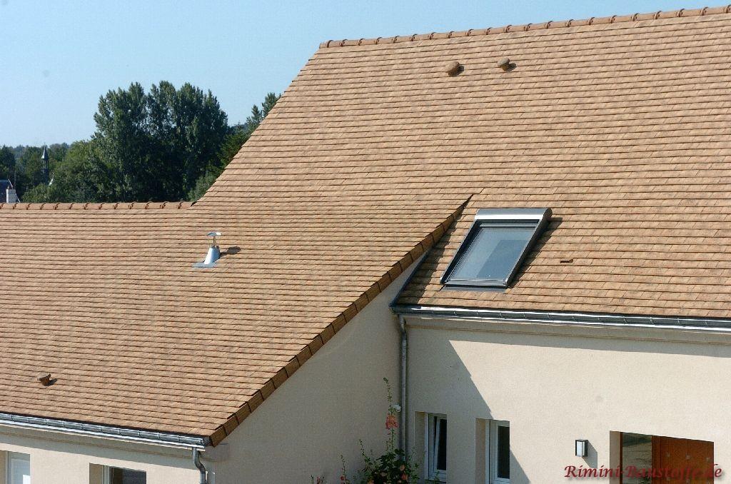 Satteldach mit echten Schindeln in Sandtönen eingedeckt
