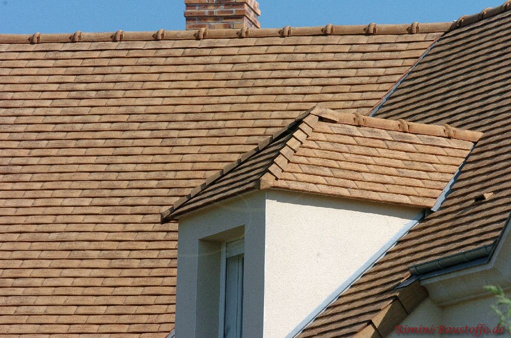 sehr schöne Schindeln in braun und sandtönen auf einem Satteldach