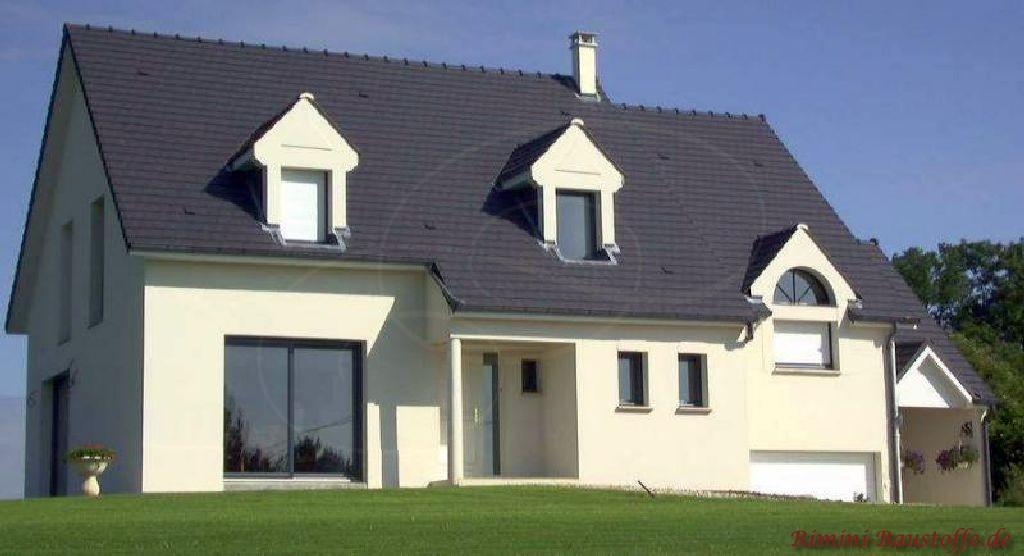 modernes Einfamilienhaus mit einem antrazithfarbenen Dach passend zur hellen Putzfassade