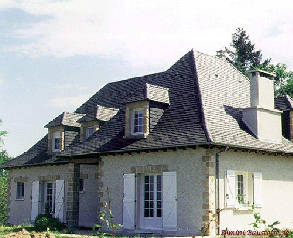 Einfamilienhaus mit grauer Putzfassade und Bossen