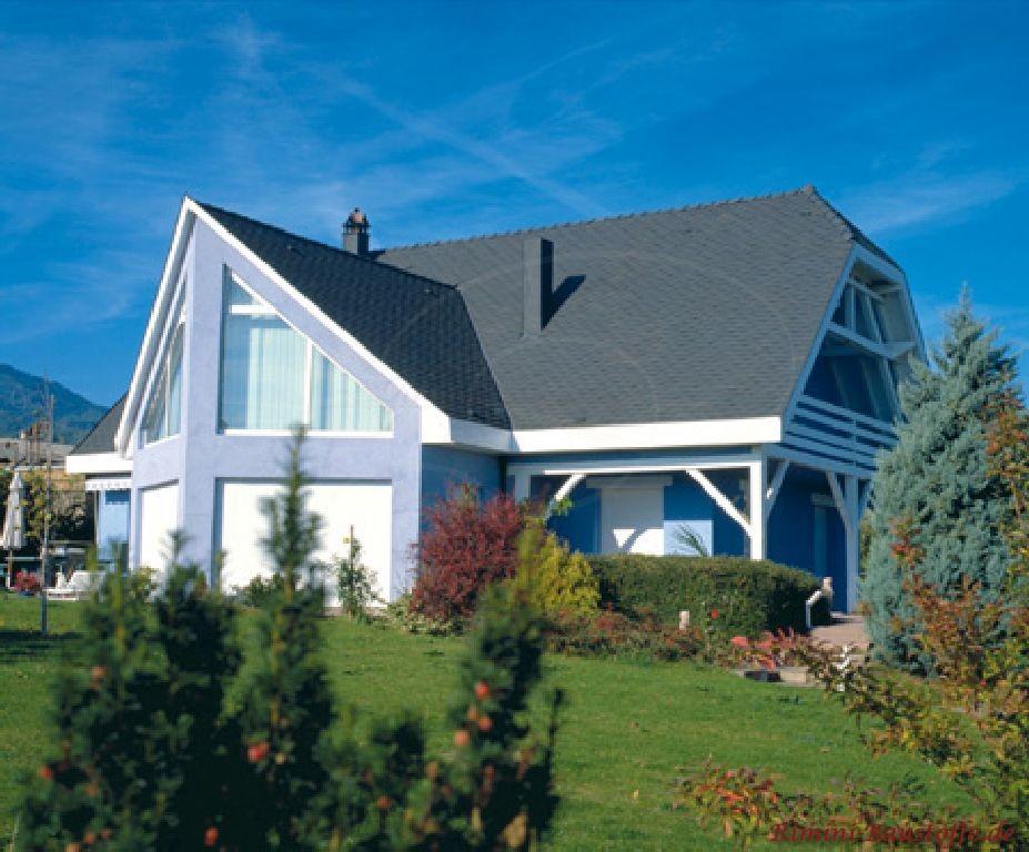 schöne fliederfarbene Putzfassade passend zum antrazithfarbenen Dach