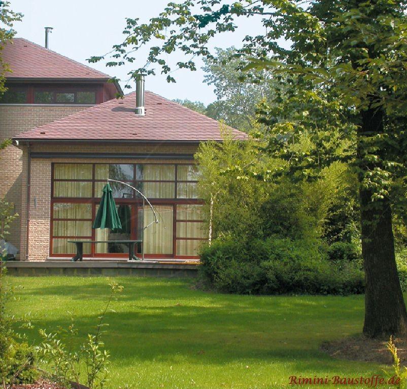 modernes Haus mit echten Schindeln in dunklem Rot gedeckt