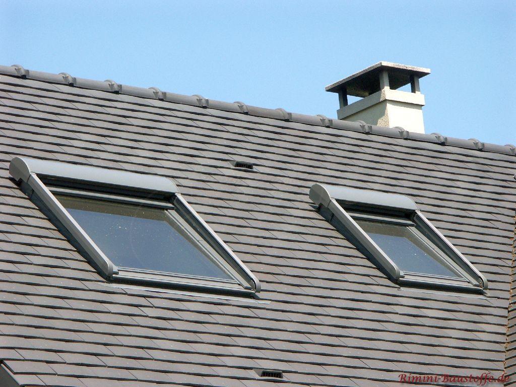Satteldach mit zwei Dachfenstern und antrazithfarbenen Schindeln