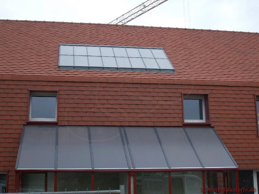 Dach und Fassade sehr schön in einem Rotton gestaltet