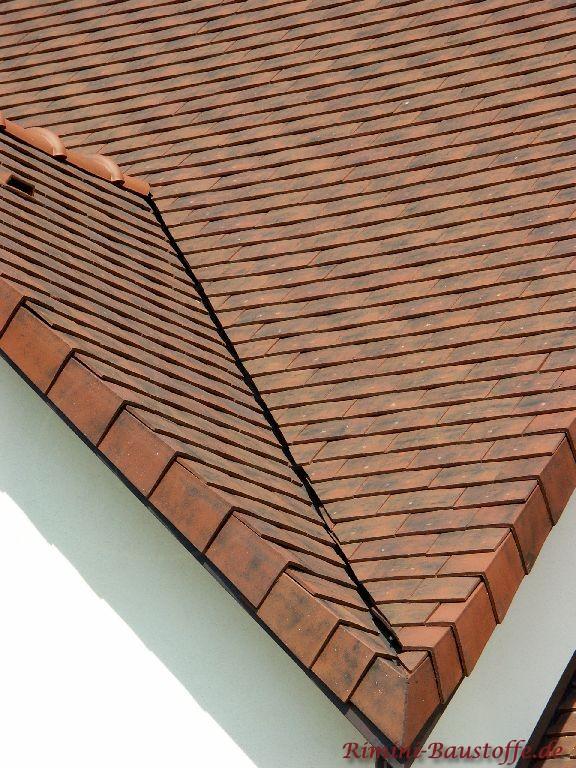 Hier schön zu sehen die enge Kehle des Daches mit Schindeln gedeckt