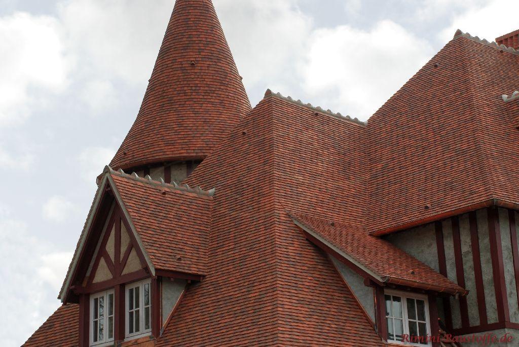 sehr hohes spitzes Satteldach mit einigen Türmen und Accessoires