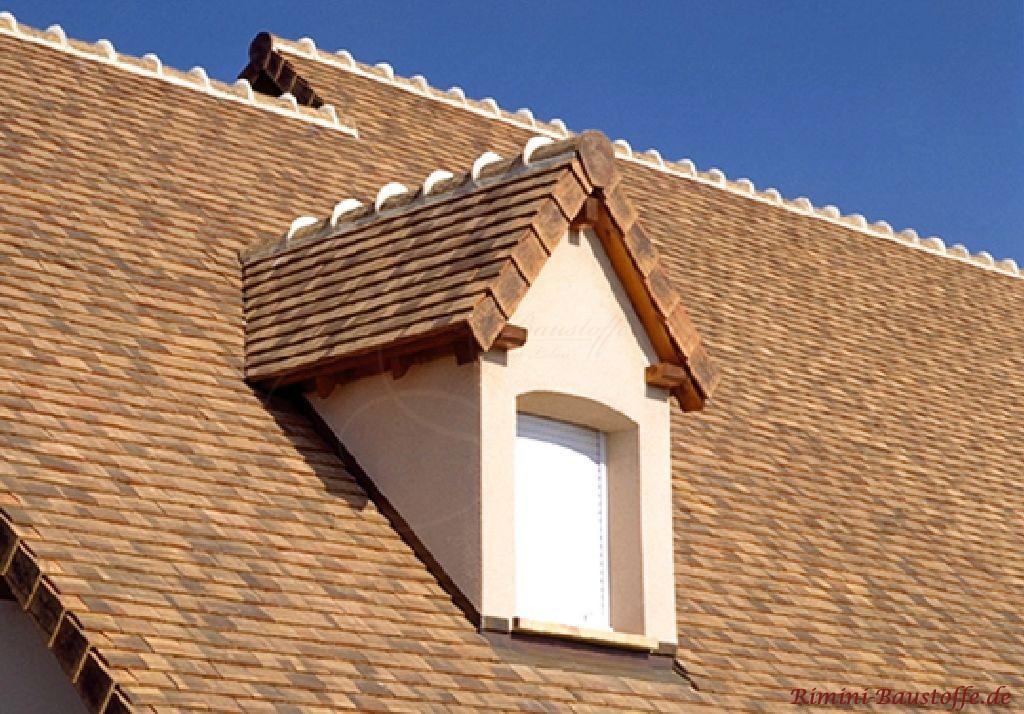 schönes helles Dach in sandfarben mit echten Dachschindeln eingedeckt