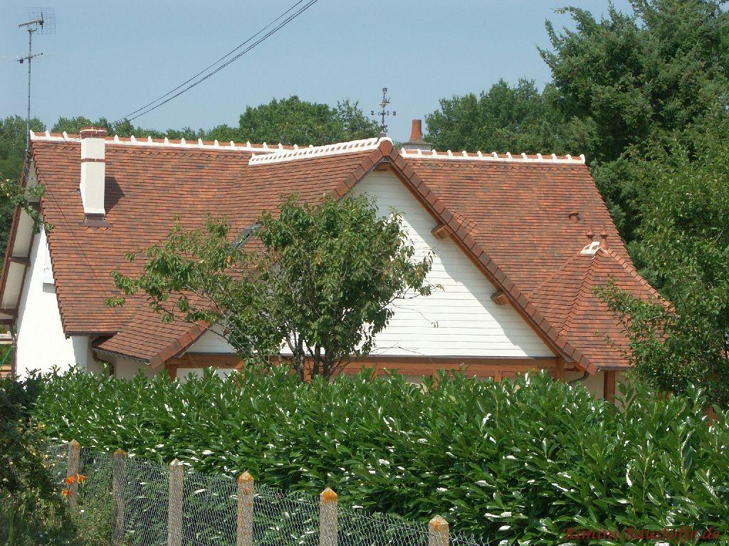 schöne große Dachfläche, die durch die Schindeleindeckung noch größer wirkt