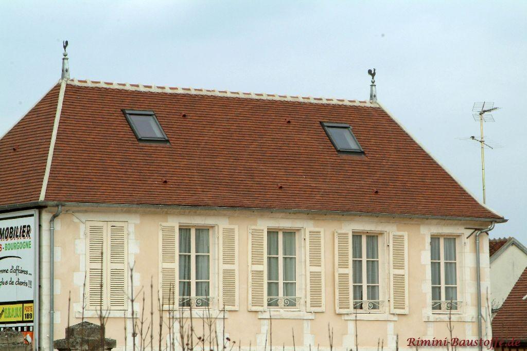 schönes altes Gebäude mit altweisser Putzfassade und Fensterläden