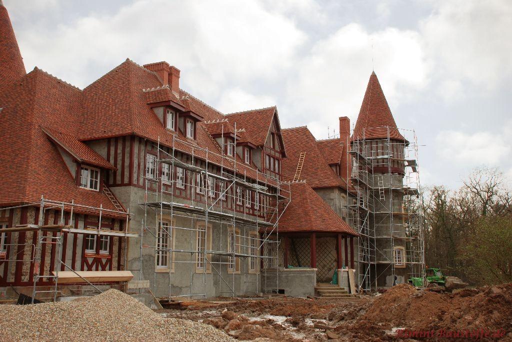 riesiges Gebäude mit Fachwekfassade und einer sehr aufwendigen Dachkonstruktion