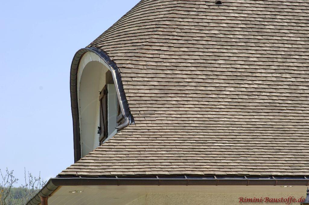 Grosszügige Dachgaube mit Tonschindeln aus Frankreich in Grau
