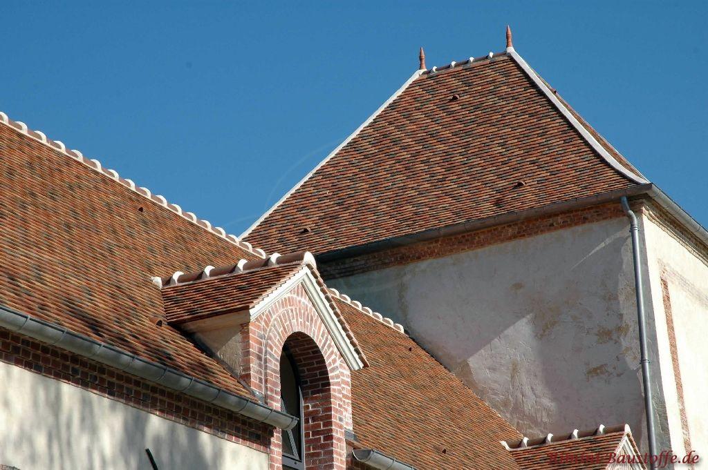 Denkmalgeschütztes Gebäude, dass mit Tonplatten in bräunlichen Farben eingedeckt ist
