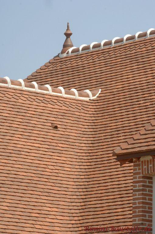 Nahaufnahme eines mit Schindeln eingedeckten Daches. Der First wurde traditionell mit Mörtel verlegt