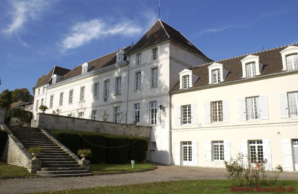 Gesamtansicht eines Schlosses in Frankreich. Helle Fassade und dunkles Dach