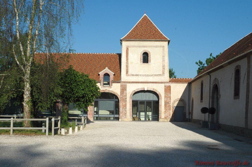 Unterführung eines historischen Gebäudes, welches sich in Frankreich befindet. Das Dach wurde mit Dachplatten abgedeckt