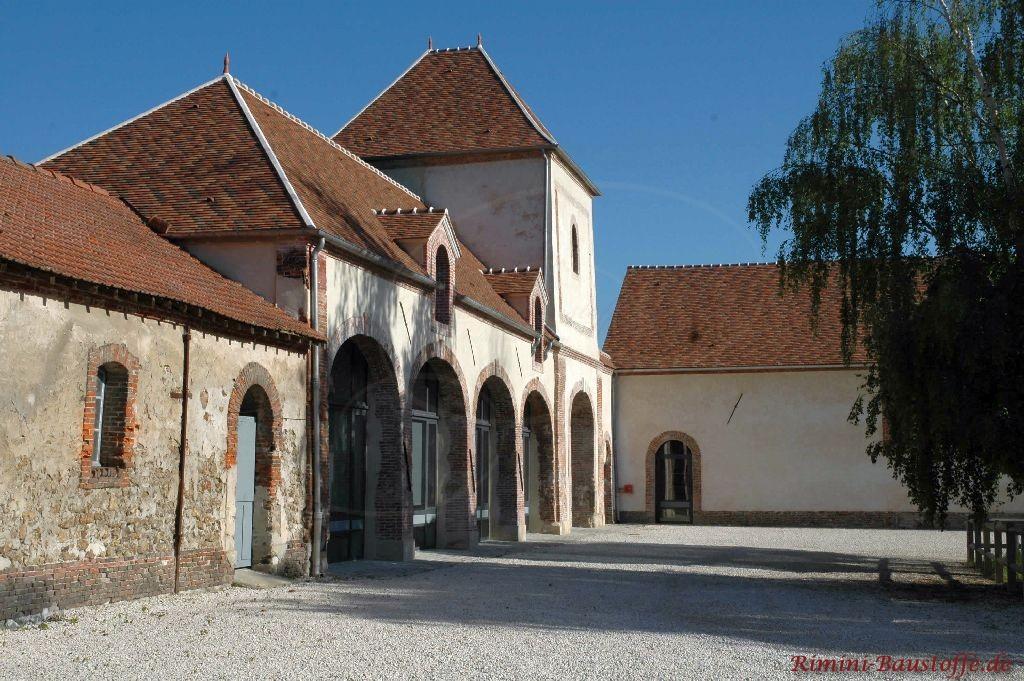 Innenhof eines alten Gutshof in Frankreich. Zu sehen sind ist hier auch ein farbiges Dach