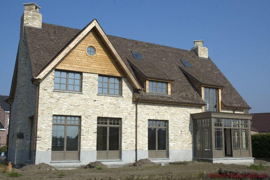 Modernes Architektenhaus mit schrägem Dach auf dem grauen Dachschindeln liegen