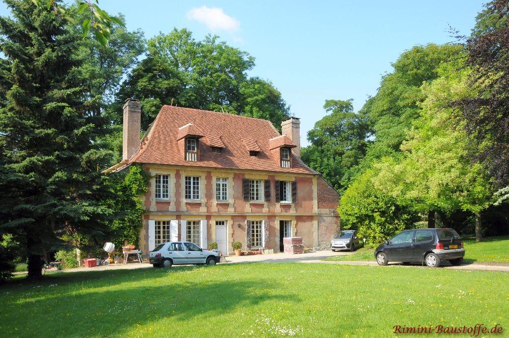 Altes Gutsherrenhaus in Frankreich. Das Dach wurde frisch mit Tonschindeln saniert
