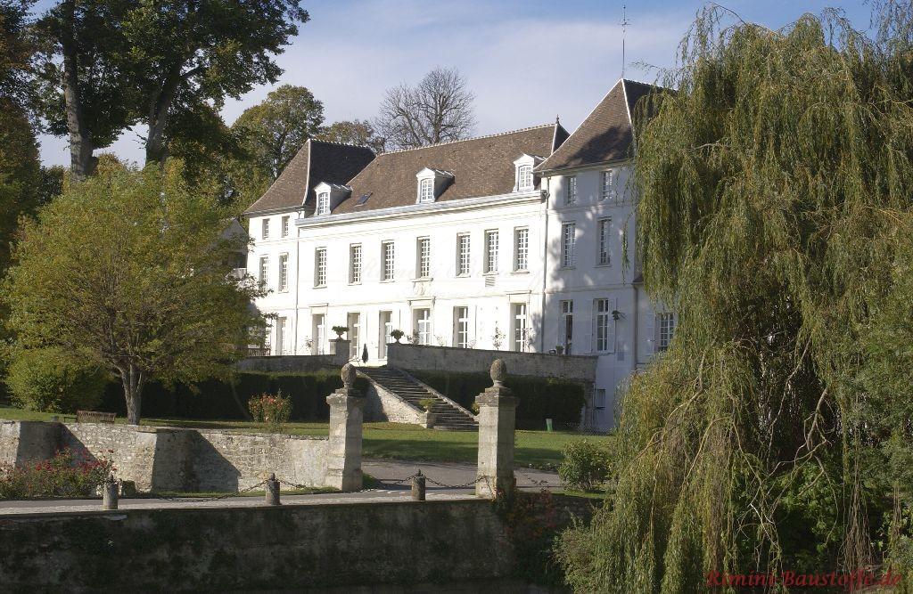 Weit entfernte Aufnahme eines französischen Schlosses mit heller Fassade und dunkelm Dach