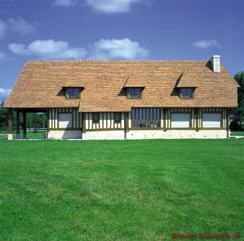 Gesamtbild eines Hauses in der Normandie welches wo als Dach hellen Schindeln zum Einsatz kamen