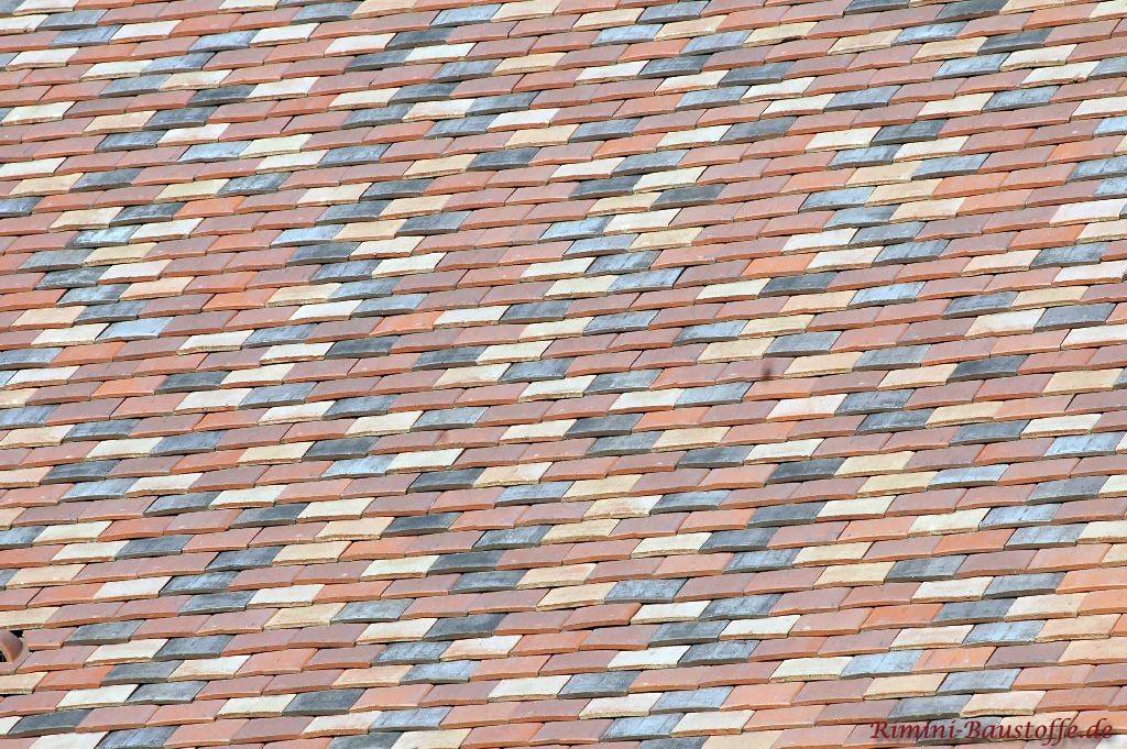 Buntes Dach mit Ziegelplatten